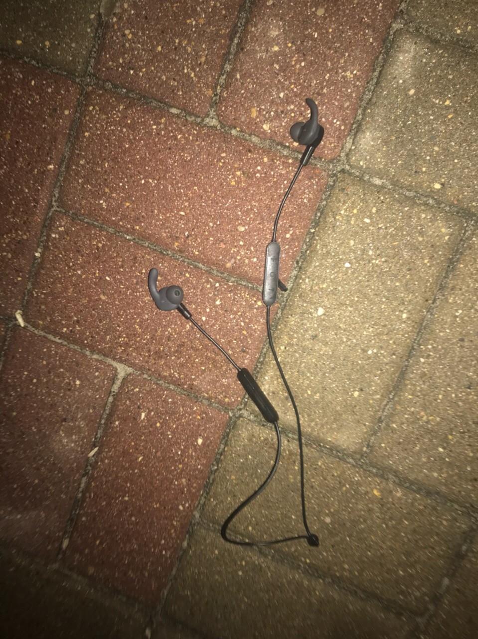 Нашли наушники на бульваре (18.09.19) Черные,HONOR Если что, пишите
