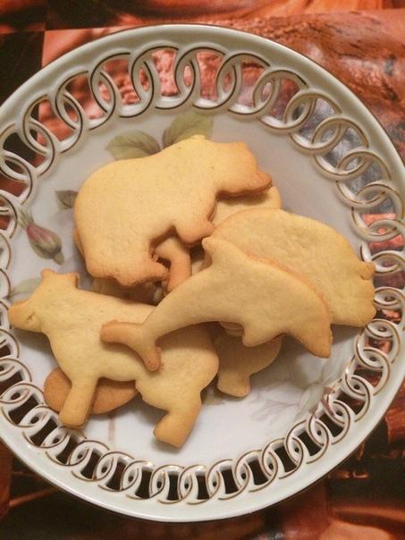 Простое песочное печенье Очень нежное - тает во рту... Ингредиенты: мука пшеничная - 2 стакана сахар - 0,5 стакана маргарин - 125 грамм яйцо куриное - 1 штука сода пищевая - 0,5 чайной ложки
