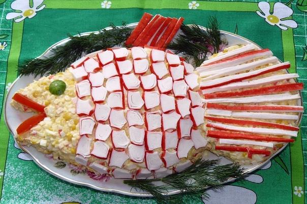 Фото: Салат «Золотая рыбка»<br><br>Продукты: 300 г филе любой морской рыбы, 200 г крабовых палочек, 5 яиц, 2/3 стакана отварного риса, 200 г консервированно