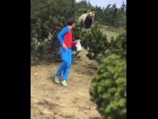 Отец с сыном встретили медведя