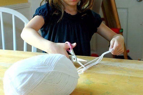 Паутинка. Почти как настоящая Понадобятся:нитки для вязания белого цвета;глубокая емкость;ножницы;клей ПВА;пластиковая дощечка, на которой будете работать (может подойти обычный кусок