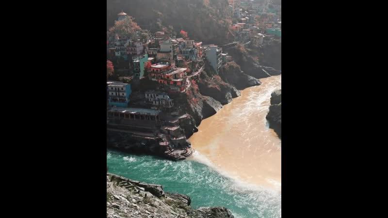реки Бхагиратхи и Алакананда сливаются вместе образуя реку Гангу