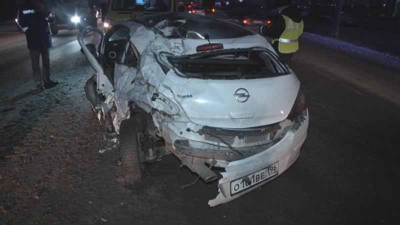 Opel Corsa с матерью и дочерью влетел под тягач