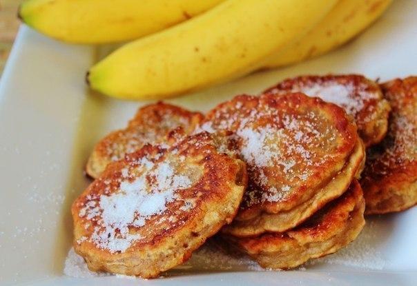 Банановые оладьи замечательный вариант завтрака для всей семьи. Что нужно: Бананы 2 шт.Сахар 1 ст.Мука пшеничная ½ ст.Молоко ¼ ст.Яйцо 1 шт.Растительное масло 2 ст. л.Что делать: В миксере