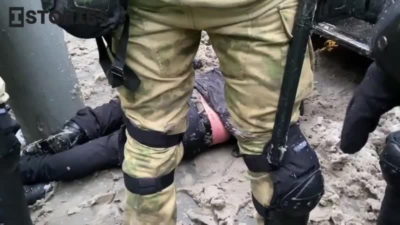 Ещё один москвич лежит без чувств в грязном снегу Его запихивают в автозак со словами Пусть там сами справляются