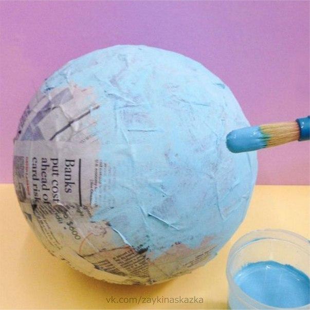 ИГРУШЕЧНЫЙ ГЛОБУС Поделка из папье-машеВ качестве основы для поделки возьмите плотный воздушный шарик или резиновый мячик. Обклейте шарик газетами или салфетками, раскрасьте в голубой цвет и