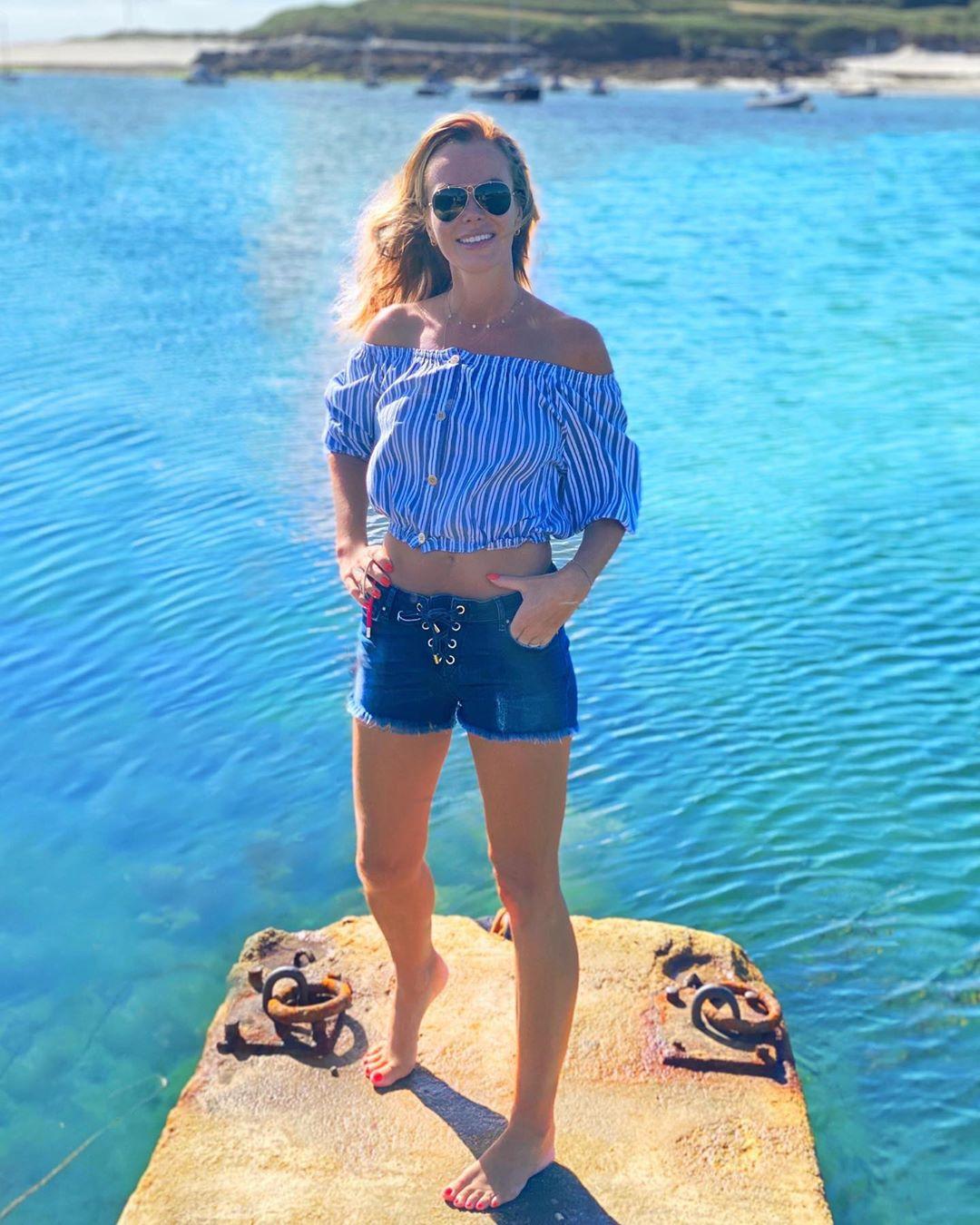 Потрясающее тело 49-летней телеведущей Аманды Холден