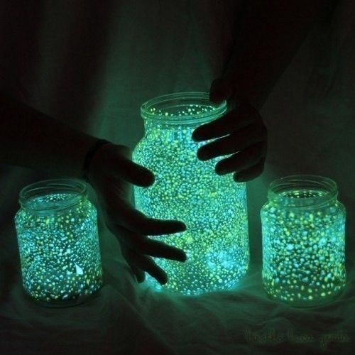 Делаем светящиеся банки своими руками Вам потребуется:- Пустые банки- Светящиеся краска (обычная краска, приготовленная с использованием люминофора, который придает ей свойство днем накапливать