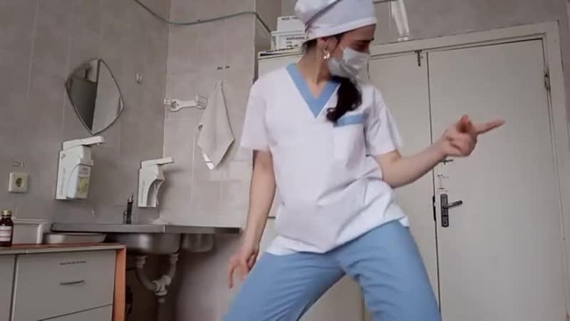 Челябинская медсестра танцует в халате