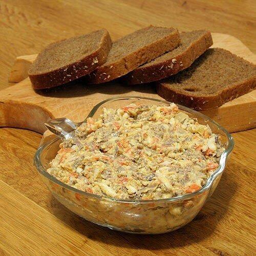 Сытный Салат с печенью Нужно :куриная печень - 300г3 морковки - 180г3 луковицы - 150г3 маринованных огурца - 150г12 ст. л. кукурузы консервированной3 ч. л. подсолнечного масла10 ч.л. йогурта или