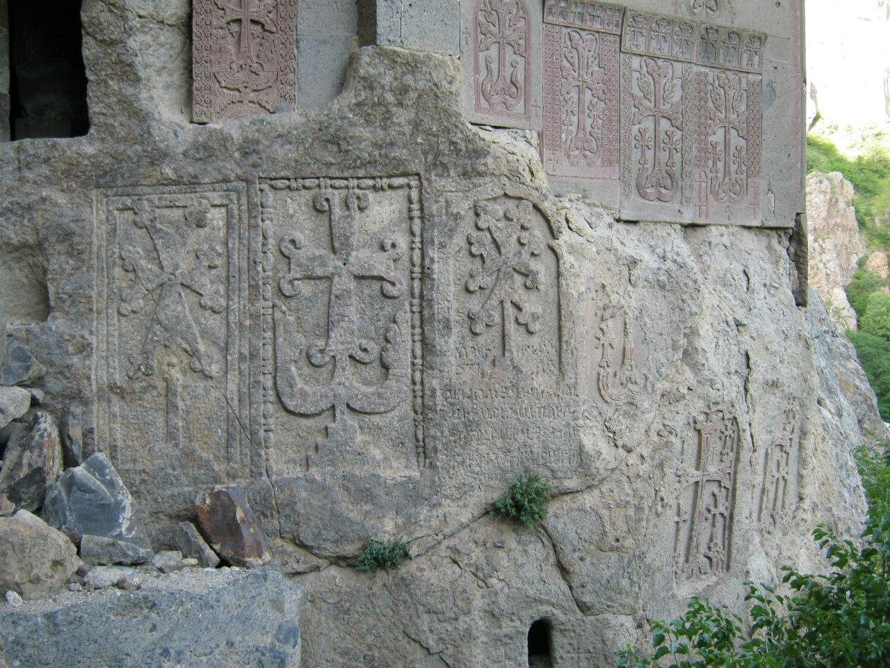Древние хачкары высеченные в скале