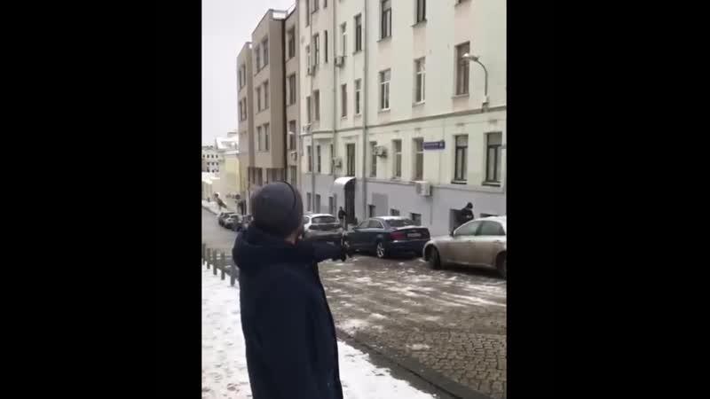 Скидывают снег на людей