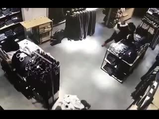 Двое гопников попытались украсть в московском магазине джинсы