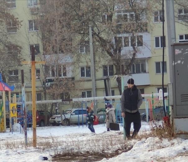Но вернемся к союзникам. В Самаре парень повесился на детской площадке. Висел часов пять, пока не увезли.