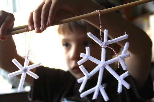ВЫРАЩИВАЕМ СНЕЖИНКУ ИЗ КРИСТАЛЛОВ СОЛИ Это одновременно новогодняя поделка и интересный химический опыт для детей. Чтобы вырастить снежинку из кристаллов соли, вам понадобятся:- синельная