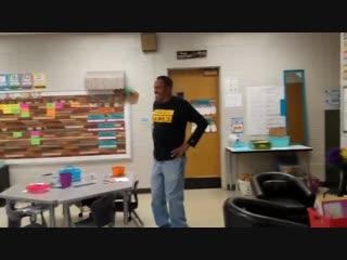 Одна из групп детского сада в Теннесси решила поздравить глухого работника мистера Джэймса с Днём рождения