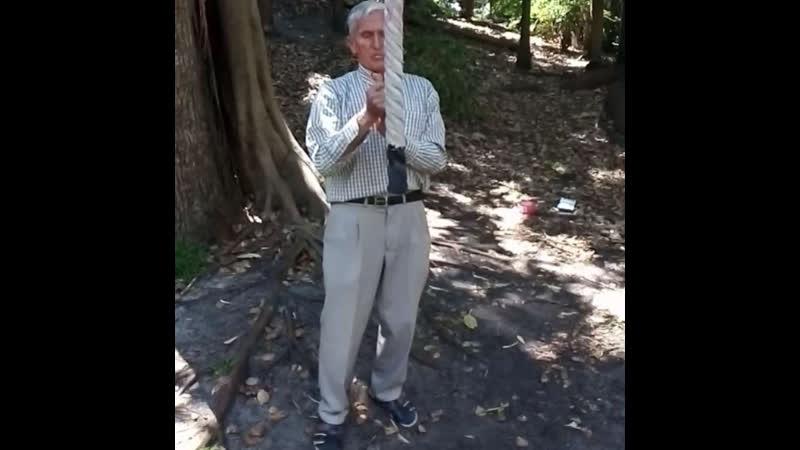 Дедушка в 72 года поднялся по канату на одних руках 6 метров