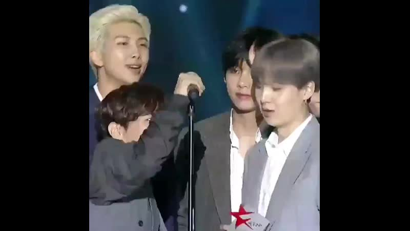 Yall see this see how he adjusted mic for yoongi plain boyfriend culture -.mp4