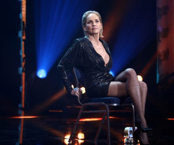 61-летняя Шерон Стоун повторила культовую сцену из фильма...