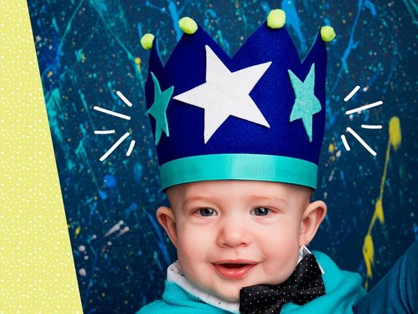 Корона для мальчика понадобится: фетр, клеевой пистолет, звёзды, помпоны, ножницы, лента.ход работыВырежьте заготовки для короны из фетра.Склейте их между собой.Приклейте помпоны, звёзды и