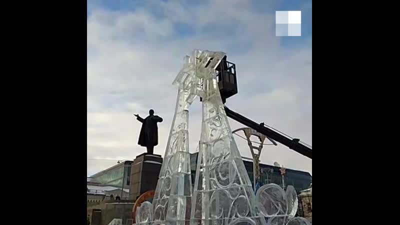 В Екатеринбурге срезают верхушки ледовых конструкций