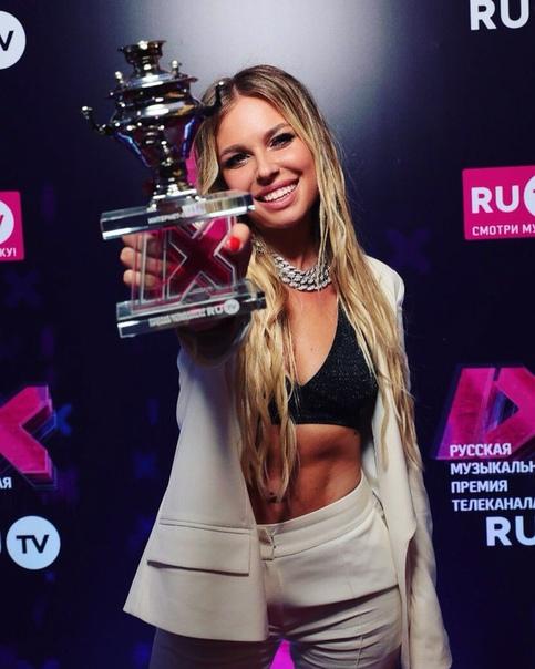 Дакота победила в номинации Интернет артист года! Первая ее музыкальная премия.Поздравляем!