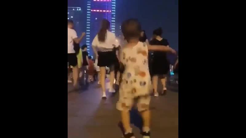Танцуй пока молодой, мальчик!