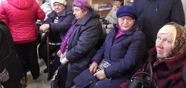 Больным бабушкам приходится днями стоять на улице, чтобы получить жизненно важные лекарства Вот такое фото пришло к нам из Ярославля. Как говорят местные, пенсионерам приходится стоят сутками в