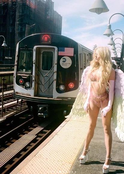 Модель воспользовалась карантином, чтобы сделать эротическую фотосессию в метро Нью-Йорка Для большинства жителей планеты эпидемия коронавируса - это проблемы, горе и страх. Но для некоторых