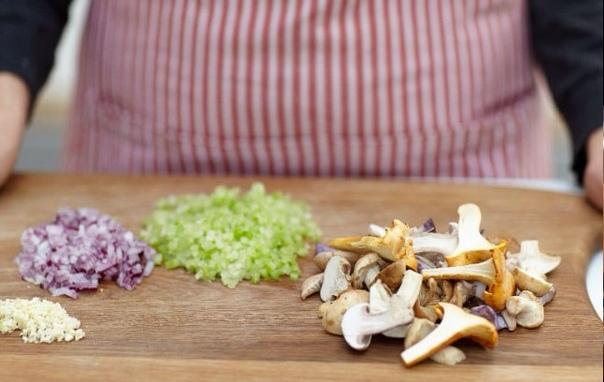 Ризотто с грибами от Джейми Сегодня еще один прекрасный рецепт от знаменитого Джейми Оливера. На приготовление этого блюда Джейми Оливеру 30 минут будет достаточно. Ингредиенты 150 г риса для
