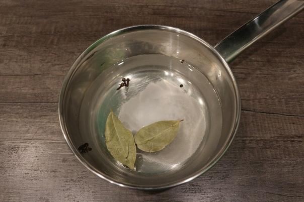 Маринованный чеснок головками со свеклой Ингредиенты чеснок 300 г свекла 1 шт. лавровый лист 2 шт. вода 500 мл сахар 1 ст.л. уксус 50 мл соль 1 ст.л. перец (черный горошком) 5 шт. гвоздика 3 шт.