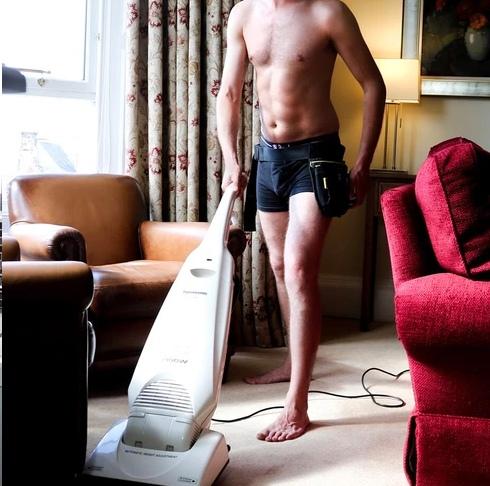 В Шотландии появилась фирма по уборке дома голышом Необычную услугу предлагает 25-летняя жительница Эдинбурга. Раньше девушка работала косметологом, но как пишет p ru однажды увидела рекламу по