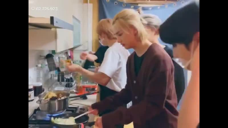 Hyunjin helping jisung they look like a cute couple