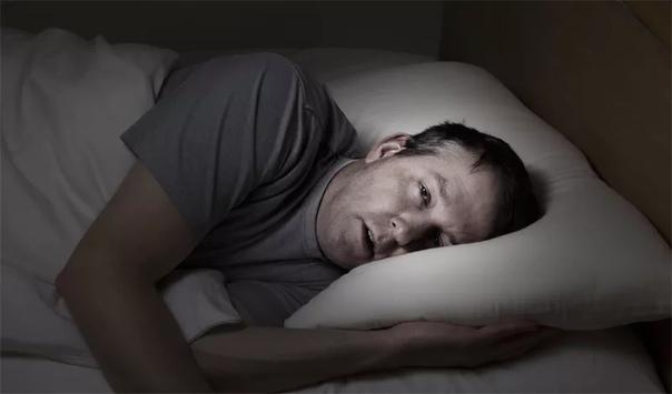 КАК УБИВАЕТ НАС ОТСУТСТВИЕ СНА Не нужно быть семи пядей во лбу, чтобы понять, как важен для нашего здоровья сон. Но многие из нас и в самом деле воспринимают депривацию сна, как абстрактную