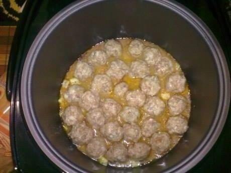 Эти тефтельки в мультиварке полюбит вставшая семья Нужно Свинина (фарш) - 500 граммовЛук репчатый - 2 штукиРис белый отварной - 300 граммовЯйцо куриное - 1 штукаСметана 20% жирности - 500