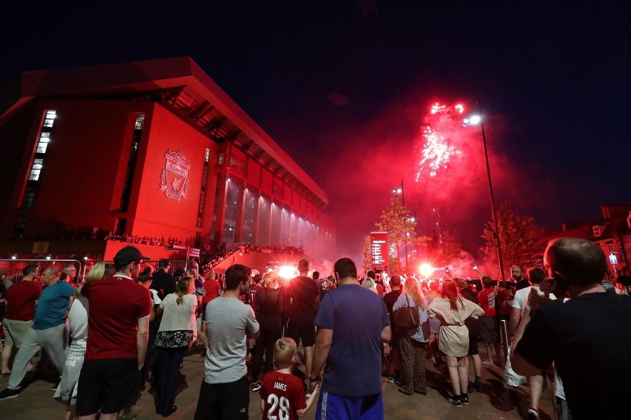 Болельщики Ливерпуля празднуют чемпионство АПЛ
