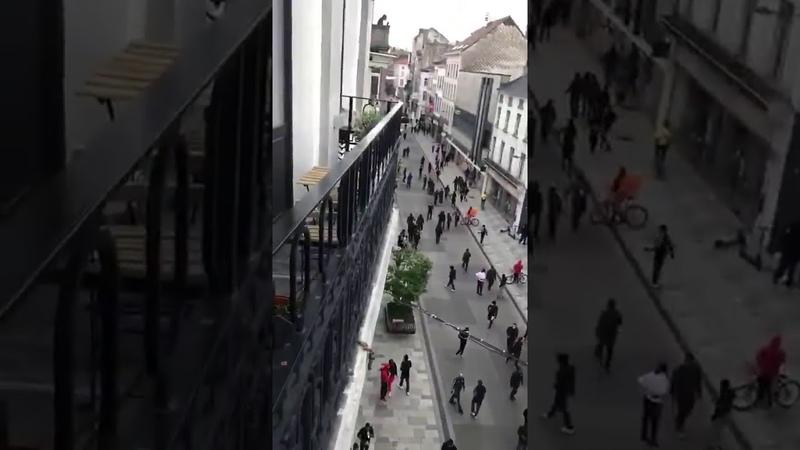Брюссель охвачен беспорядками Полиция выставила кордоны но не реагирует на грабежи и мародерство