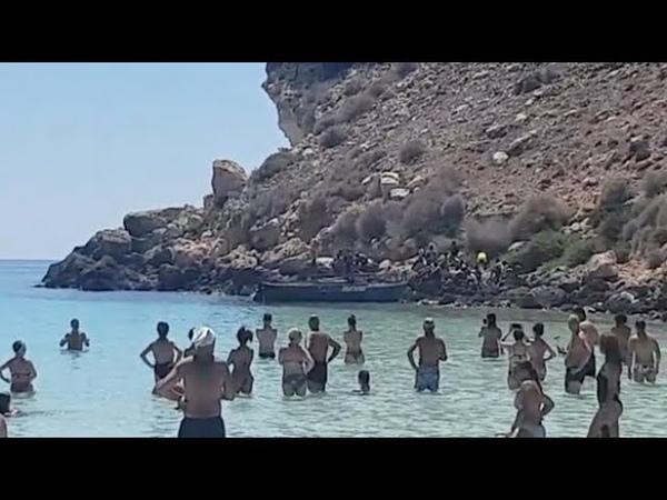 Lampedusa ancora sbarchi 26 migranti approdano tra i bagnanti sull'arenile dell'Isola dei