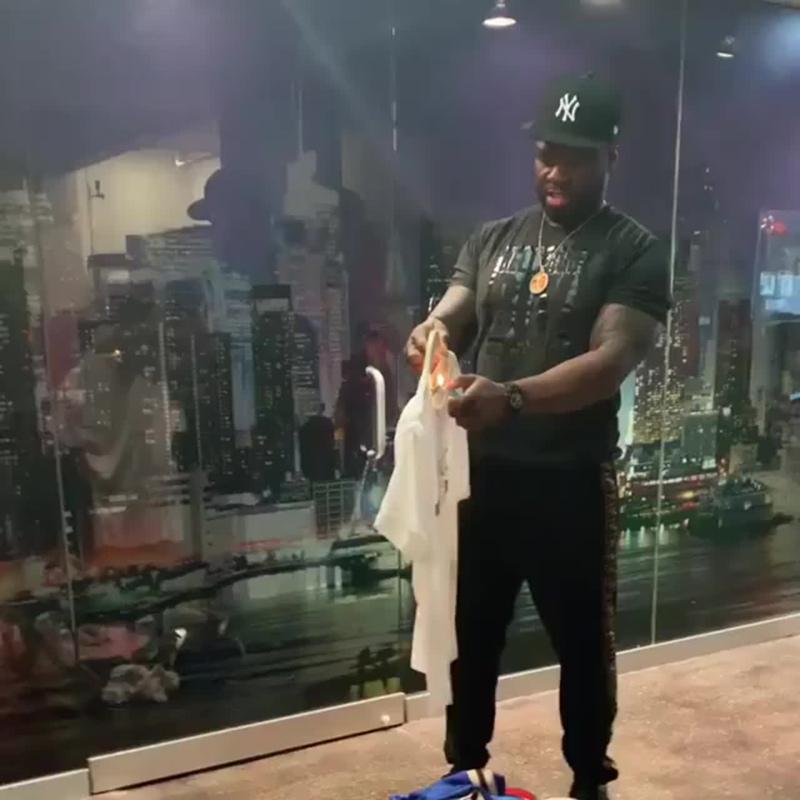 50 Cent поджигает футболку Gucci в знак протеста