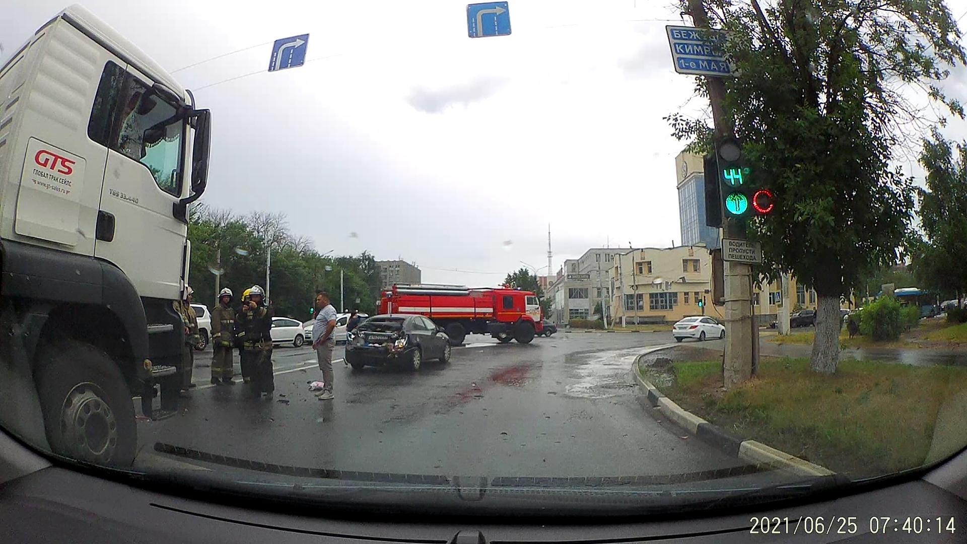 В Твери возле моста фура столкнулась с иномаркой