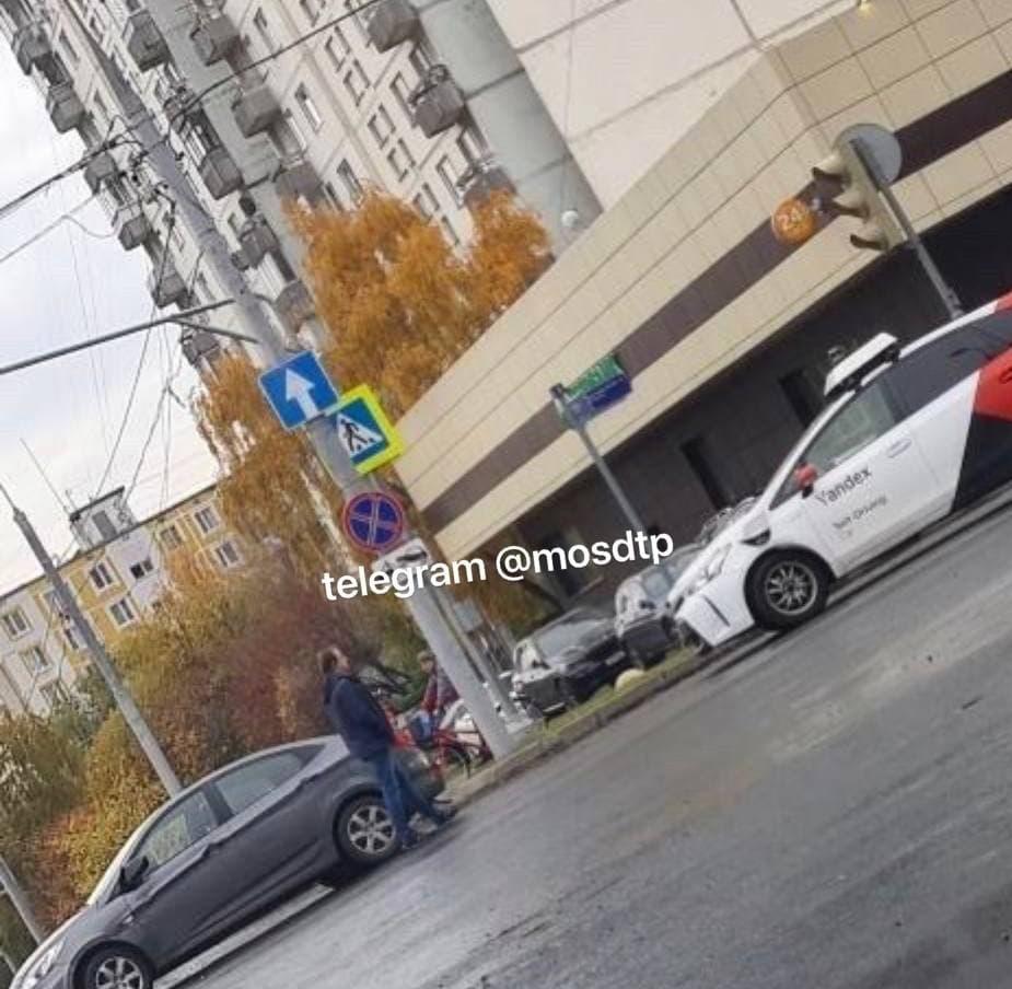 Москвич попал в небольшое ДТП с участием беспилотника «Яндекса» в Ясенево.