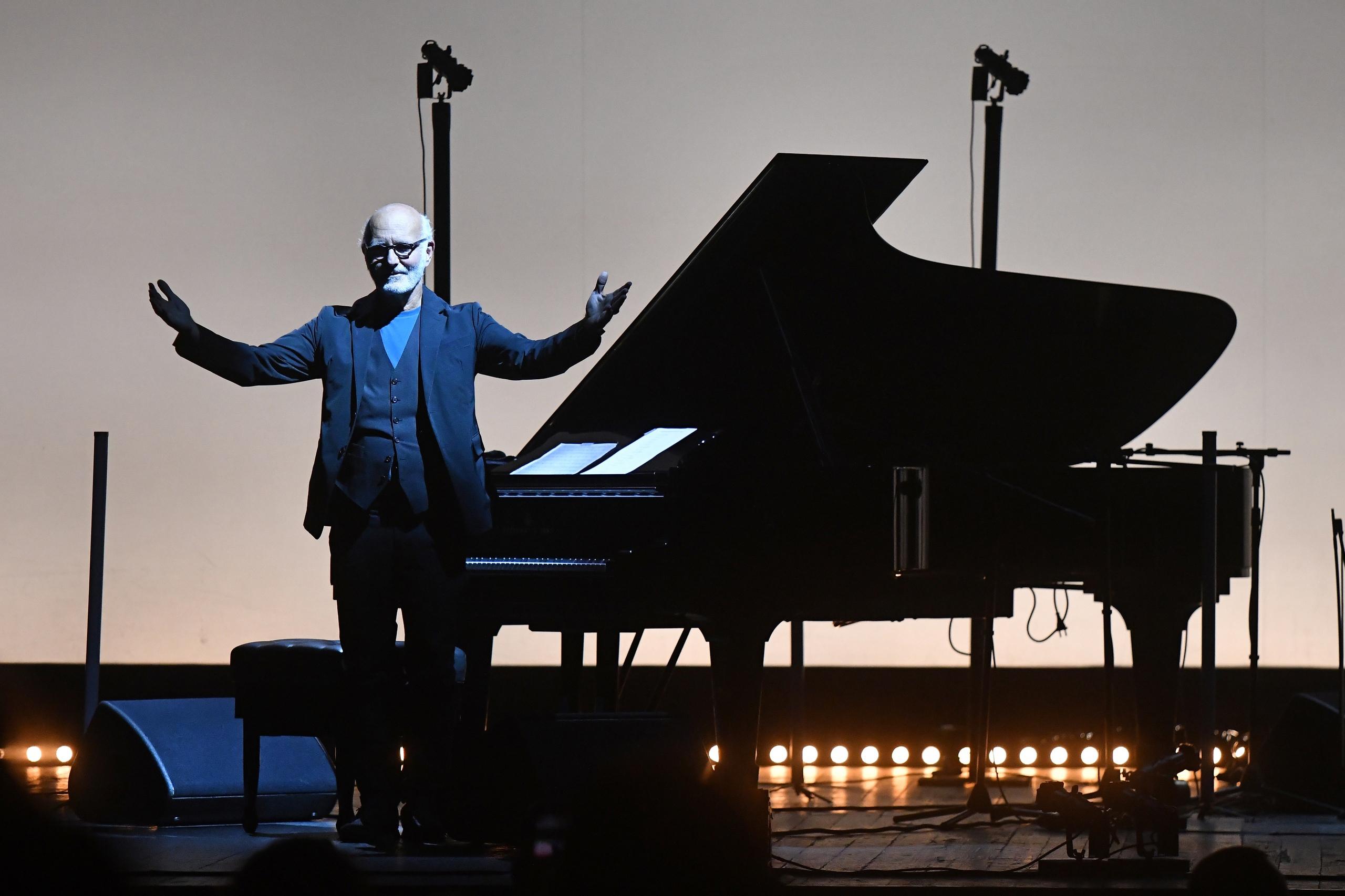 Его музыка обладает неизъяснимой силой, вдохновляющей сердца, и переносит в другое измерение.