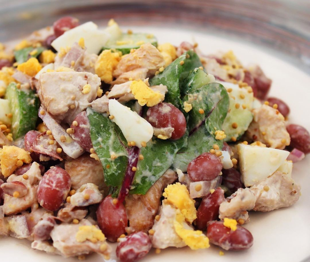 Белковый салат с фасолью и курицей
