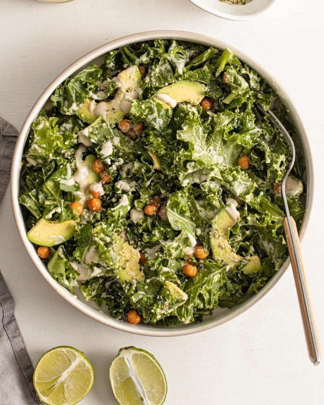 Хрустящий салат с нутом и авокадо