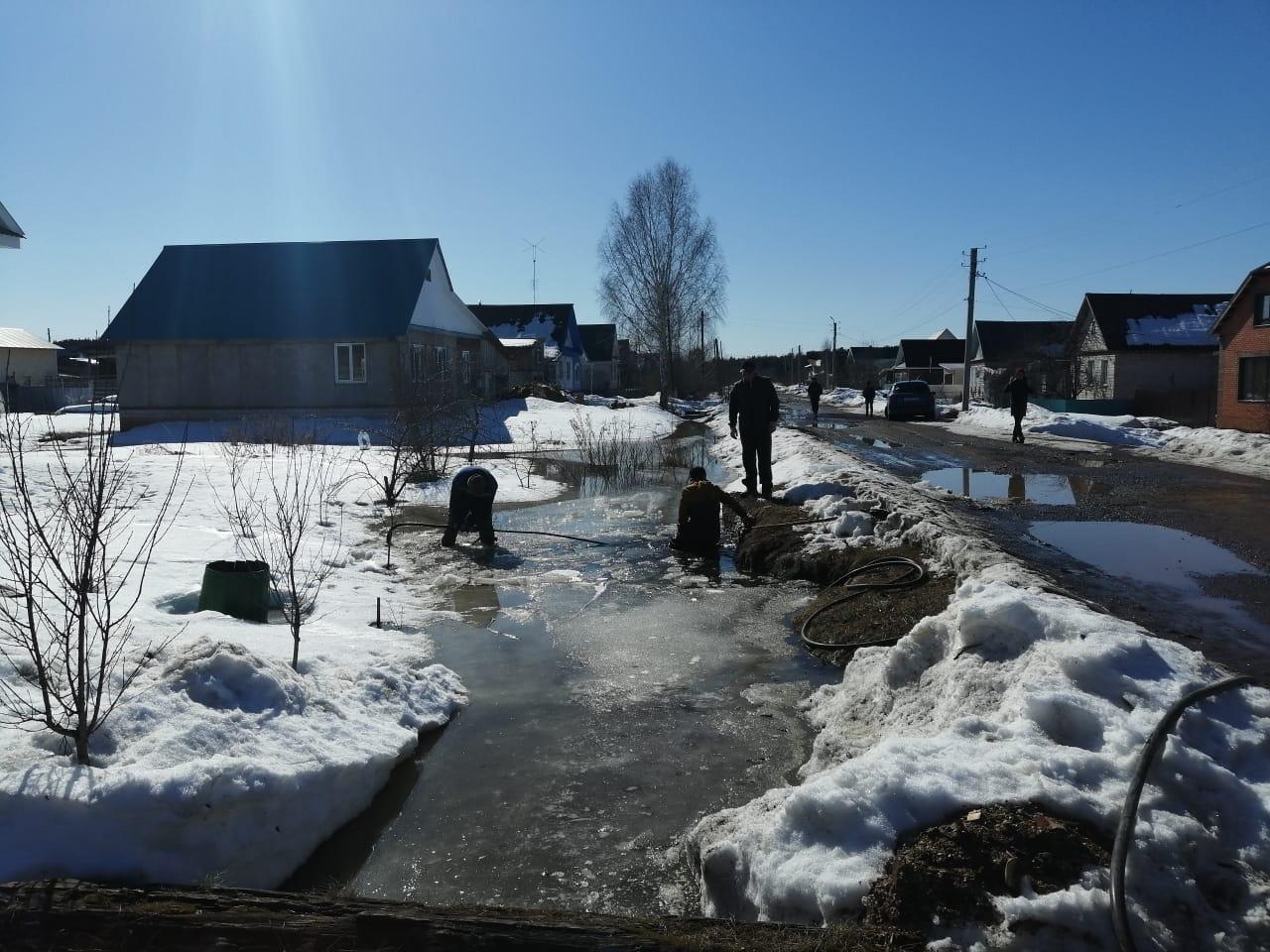 В Можге продолжаются противопаводковые мероприятия.Прочищают водопропускные канавы