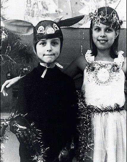 А помните, как это было в детстве! Те утренники в садикеи мамаНа платье из х/б-ешного обрезаВсю ночь снежинки, блестки пришивала!И бережно повешенный на стуле,Наряд снежинки был к утру