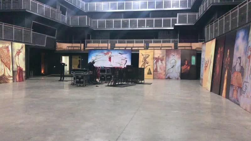 Москва. Подготовка к выставке картин Эдмунда Шклярского