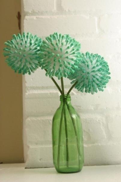 Цветы из ватных палочек Для работы нам необходимо: 1. Пенопластовые шарики; или пластилин из которого скатайте шарик 2. Ватные палочки; 3. Проволока; 4. Креповая бумага; 5. Гуашь; 6. Кисточка;