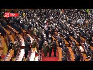 В конференц-зал вошли ветераны Китайской народной добровольческой армии под аплодисменты собравшихся