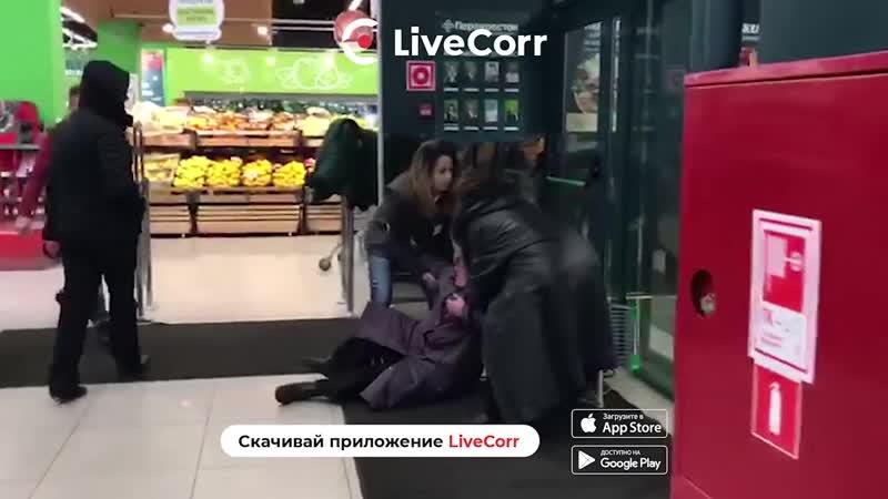 Пенсионерка получила тележкой по голове во время драки в московском супермаркете